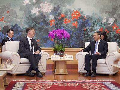 肖盛峰会见世界经济论坛执行董事艾德维